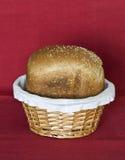 Släntra av bröd i korg Arkivfoto