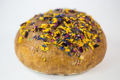 Släntra av bröd med ätliga blommor och muttrar Royaltyfri Fotografi