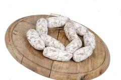 Släntra av bröd med korvar på träplattan Royaltyfri Fotografi