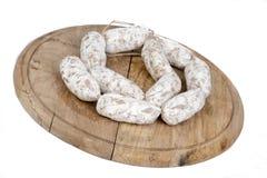 Släntra av bröd med korvar på träplattan Royaltyfri Bild