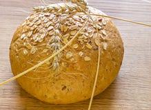 Släntra av bröd med tjänad sädesslag Royaltyfri Foto
