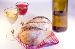 Släntra av bröd med vin Arkivfoto