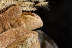 släntra av bröd på svart bakgrund, matslut upp arkivfoton