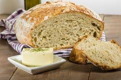 Släntra av bröd som skivas med smör Royaltyfri Fotografi