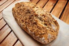 Släntra av för whitkoriander för hemlagat bröd frö Arkivfoto