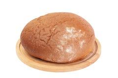 Släntra av rågbröd på träbräde Fotografering för Bildbyråer
