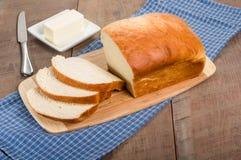 Släntra av skivat bröd med smörplattan Arkivbilder