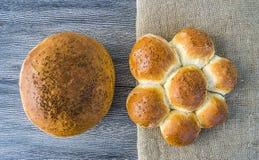 Släntra brödvariationer, olika typer av bröd på trägolv Arkivbilder