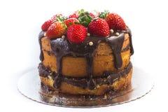 Släntra kakan med chokladsirap med jordgubben arkivfoto