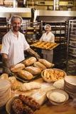 Släntrar det hållande magasinet för den manliga och kvinnliga bagaren av och michettaen Royaltyfria Foton