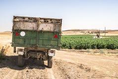 Släp av en traktor i fältet arkivbild