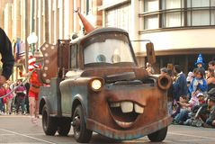 Släp-Mater från de Pixar filmbilarna i en ståta på Disneyland, Kalifornien Arkivfoton