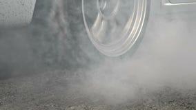 Släpa brännskadagummihjul för den tävlings- bilen på startlinjen stock video