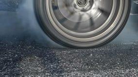 Släpa brännskadagummihjulet för den tävlings- bilen på startlinjen stock video