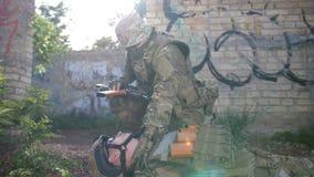 Släpande bort stupad soldat för kommandosoldat från strid arkivfilmer
