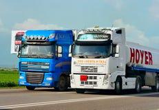 Släpet transporterar bilar på huvudvägen Royaltyfri Fotografi