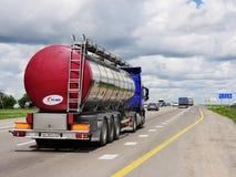 Släpet transporterar bilar på huvudvägen Royaltyfria Bilder