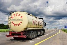 Släpet transporterar bilar på huvudvägen Royaltyfri Foto