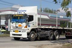Släplastbil av det Singhanert transportföretaget Arkivbild