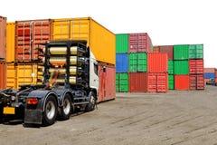 Släplastbil och industriell behållare för att inpackning ska transportera i sändningslogistik arkivbild