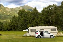 Släpparkering längs bergvägen till fjordarna Arkivfoto