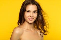 Slät hud för kvinnligt för skönhetwellnes vård- hår för flicka royaltyfri bild