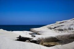 Slät shoreline vaggar Arkivfoto