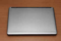 Slät stilfull för silver anteckningsbok ultra på skrivbordet Dator Royaltyfri Fotografi