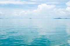 Slät yttersida av den vattenPhang Nga fjärden Royaltyfri Bild