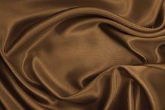 Släta elegant brun silke- eller satängtextur som abstrakt backgroun Royaltyfri Foto