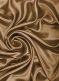 Släta elegant guld- silke- eller satängtextur som abstrakt backgrou Arkivfoto