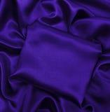 Släta elegant lila lyxig torkduketextur för silke eller för satäng som abstr Arkivbilder