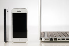Släta moderna smartphones och bärbar dator Royaltyfri Fotografi