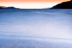 Släta vatten av nordisk havsbakgrund Royaltyfria Foton