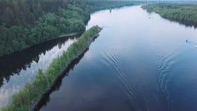Slätt flyg över floden med önsom delar kanten Svir Karelia, Ryssland arkivfilmer