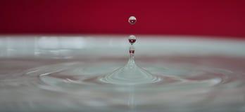 slätt vatten för liten droppe Arkivfoto