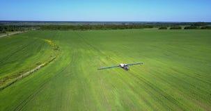 Slättfält för flyg- sikt med den skuggade sprejaren stock video