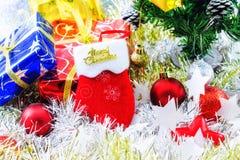 Slå dekorerad jul och annan vit suddighetsbakgrund Royaltyfria Foton