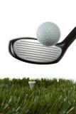 Slå en golfboll av en utslagsplats Arkivbilder