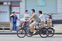 Slå in leveransen på e-cyklar, Shanghai, Kina arkivfoton