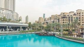 Slå samman och hus nära den största musikaliska springbrunnen i Dubai på solnedgångtimelapse Dubai UAE lager videofilmer
