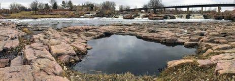 Slå samman reflexionen av himlen med den stora Sioux River i Sioux Falls South Dakota med sikter av djurliv, fördärvar, parkerar  arkivfoto