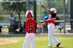 Slå till för ungdombaseballpojkar Arkivfoto