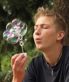 slående bubblor blommar regnbågen Arkivbild