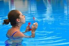slående bubblor soap kvinnan Royaltyfri Fotografi