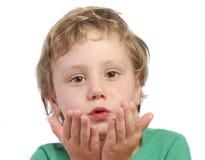 Slående kyssar för ung pojke fotografering för bildbyråer