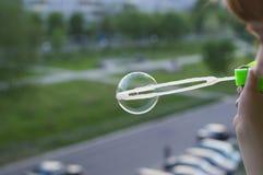 slående pojkebubblor Arkivfoto