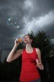 Slående såpbubblor för kvinna Royaltyfri Foto