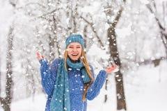 Slående Snow för vinterflicka Parkerar den glade tonårs- modellen Girl som för skönhet har gyckel i vinter arkivbild