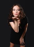slående ung kysskvinna royaltyfri fotografi